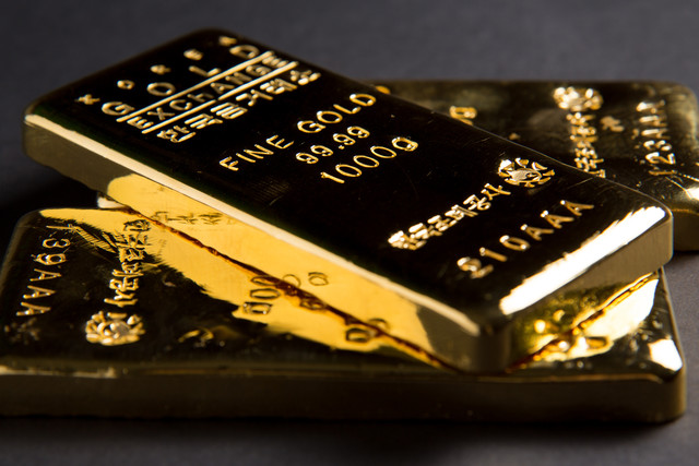 Gold Glimmers as Global Market Fear Grips Investors